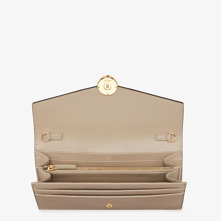 FENDI LANGES PORTEMONNAIE MIT KETTE - Portemonnaie aus beigefarbenem Leder - view 4 detail