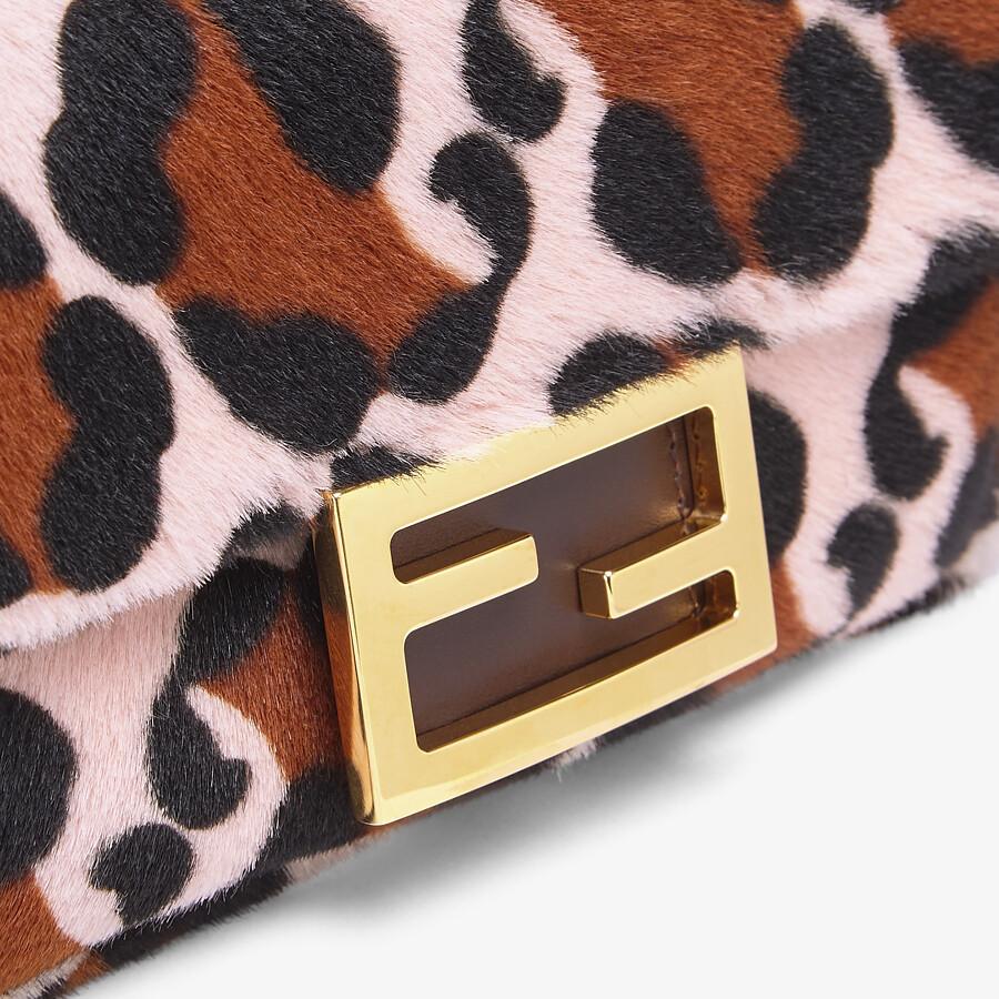 FENDI BAGUETTE - Tasche aus Lammfell in Rosa - view 5 detail