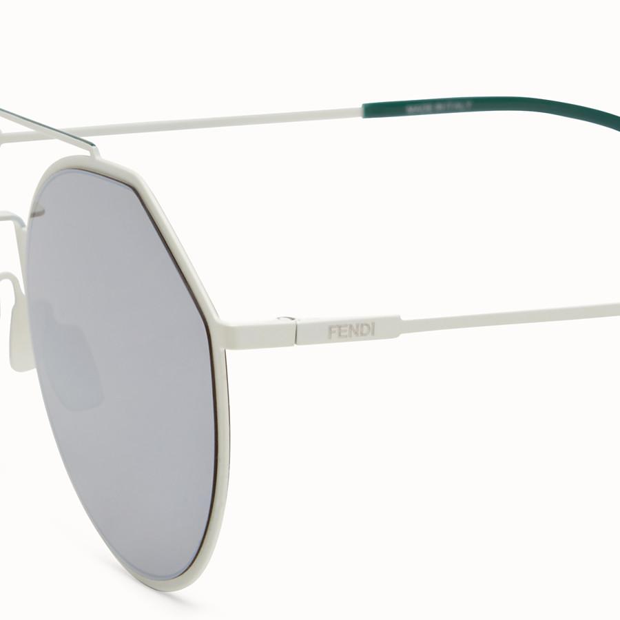 FENDI 아이라인 - 화이트와 그린 컬러의 선글라스 - view 3 detail