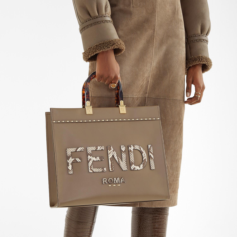 FENDI FENDI SUNSHINE MEDIUM - Shopper aus Leder in Grau und Elaphe - view 2 detail