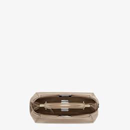 FENDI PEEKABOO ICONIC MINI - Handtasche aus Nappa in Taubengrau - view 4 thumbnail