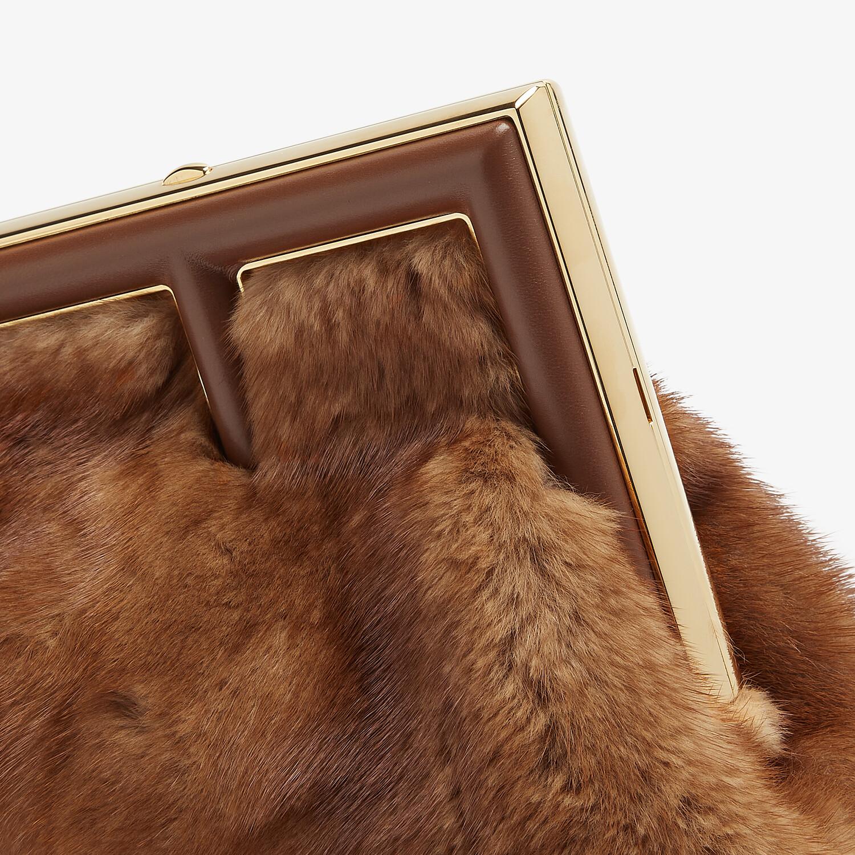 FENDI FENDI FIRST SMALL - Tasche aus Nerz in Braun - view 5 detail