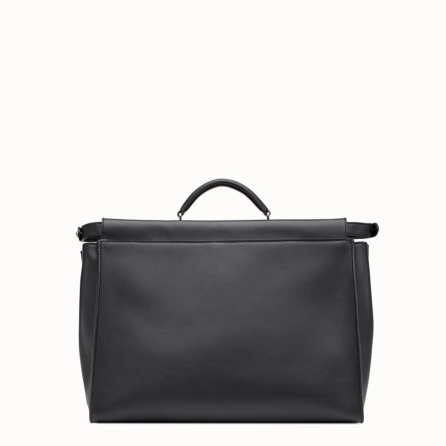 FENDI 피카부 - 블랙 컬러의 가죽 소재, 메탈 백 버그 장식 - view 3 detail