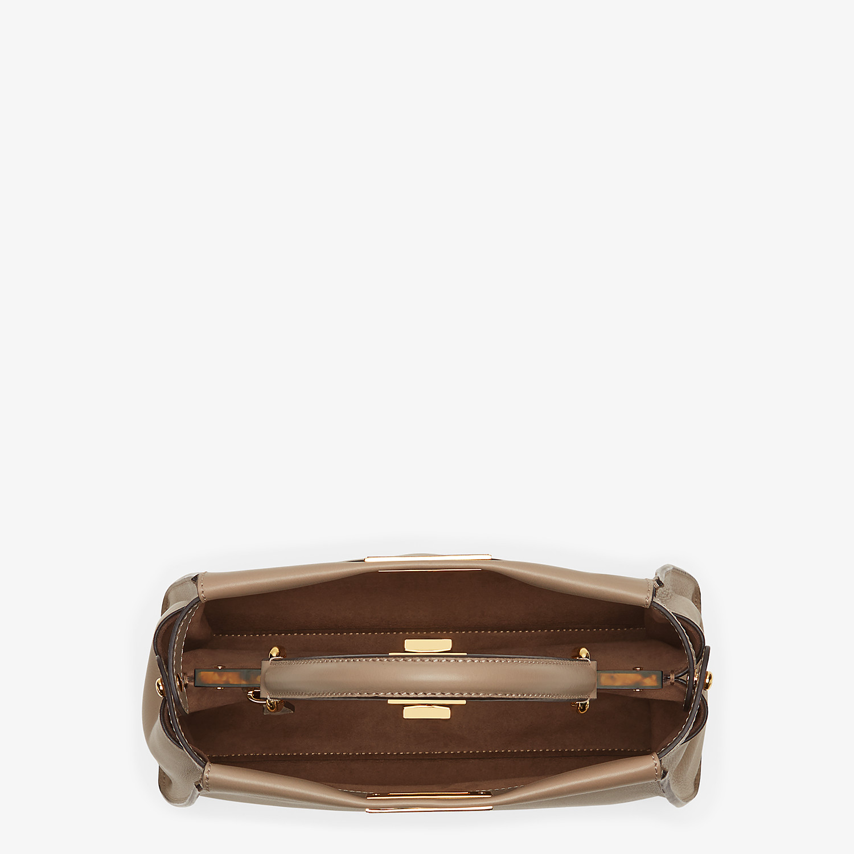 FENDI PEEKABOO ICONIC MEDIUM - Taubengraue Handtasche aus Leder - view 4 detail