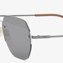 FENDI FF - Sonnenbrille in schwarzem Ruthenium - view 3 thumbnail