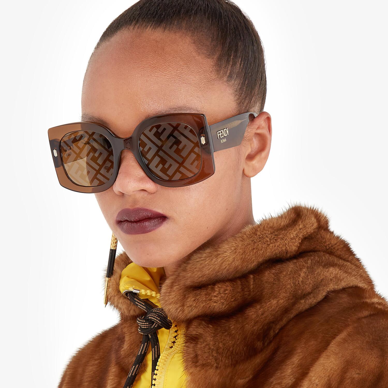 FENDI FENDI ROMA - Occhiali da sole in acetato trasparente marrone - vista 4 dettaglio