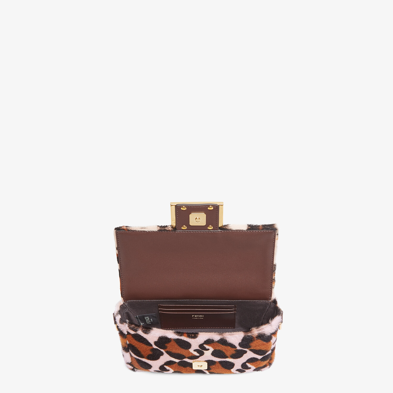 FENDI BAGUETTE - Tasche aus Lammfell in Rosa - view 4 detail