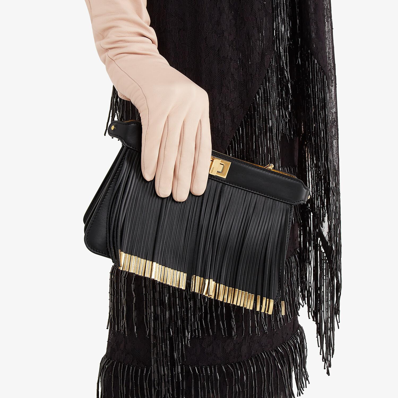 FENDI PEEKABOO ISEEU POCHETTE - Tasche aus Leder in Schwarz mit Fransen - view 2 detail