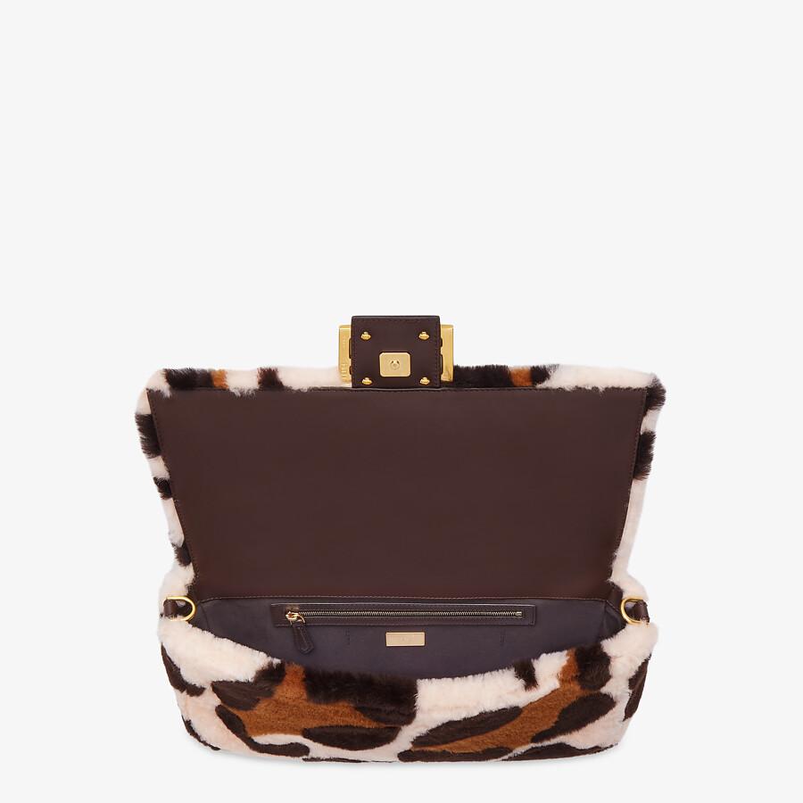 FENDI BAGUETTE LARGE - Tasche aus eingearbeitetem Schaffell in Rosa - view 4 detail